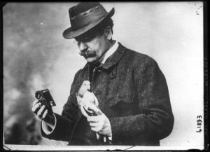 Julius_Neubronner_with_pigeon_and_camera_1914